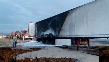 Un incendio calcina parte del remolque frigorífico de un tráiler en la A-31