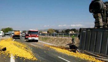 Esta mañana ha volcado un camión cargado de limones en la autovía A-31