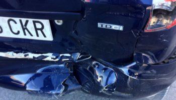 Un vehículo golpea a otro que estaba correctamente aparcado, lo desplaza siete metros por el impacto y se da a la fuga
