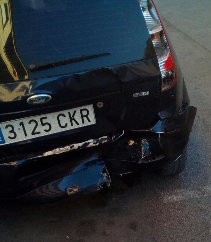 Un vehículo golpea a otro que estaba correctamente aparcado, lo desplaza siete metros por el impacto y se da a la fuga, Caudete Digital - Noticias y actualidad de Caudete (Albacete)