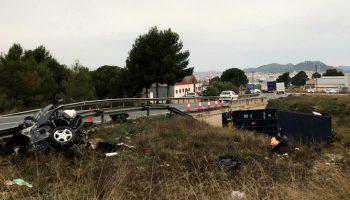 Una herida de gravedad tras el choque frontal entre un camión y un turismo en la carretera Yecla - Caudete
