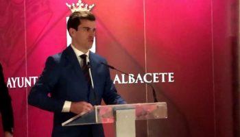 Rubén Pinar recibió el Trofeo 'Dámaso González' por tercer año consecutivo como triunfador de la Feria de Albacete