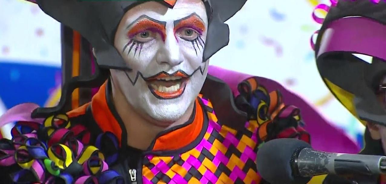 hombre con cara pintada de payaso