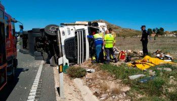 Un herido al volcar un camión en la carretera Yecla - Caudete