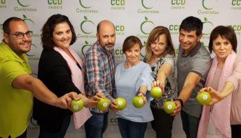 Centristas por Caudete finaliza la campaña electoral repartiendo manzanas en el Mercadillo