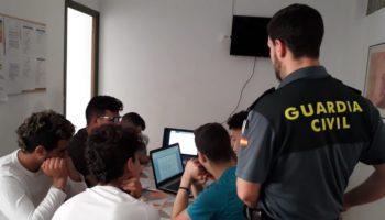 Personal del Puesto la Guardia Civil de Caudete ha realizado una charla en el Hogar de Acogida Alácera del municipio