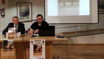 Numeroso público se dio cita en el Museo Rafael Requena para asistir a la presentación de la Guía del Camino de la Lana