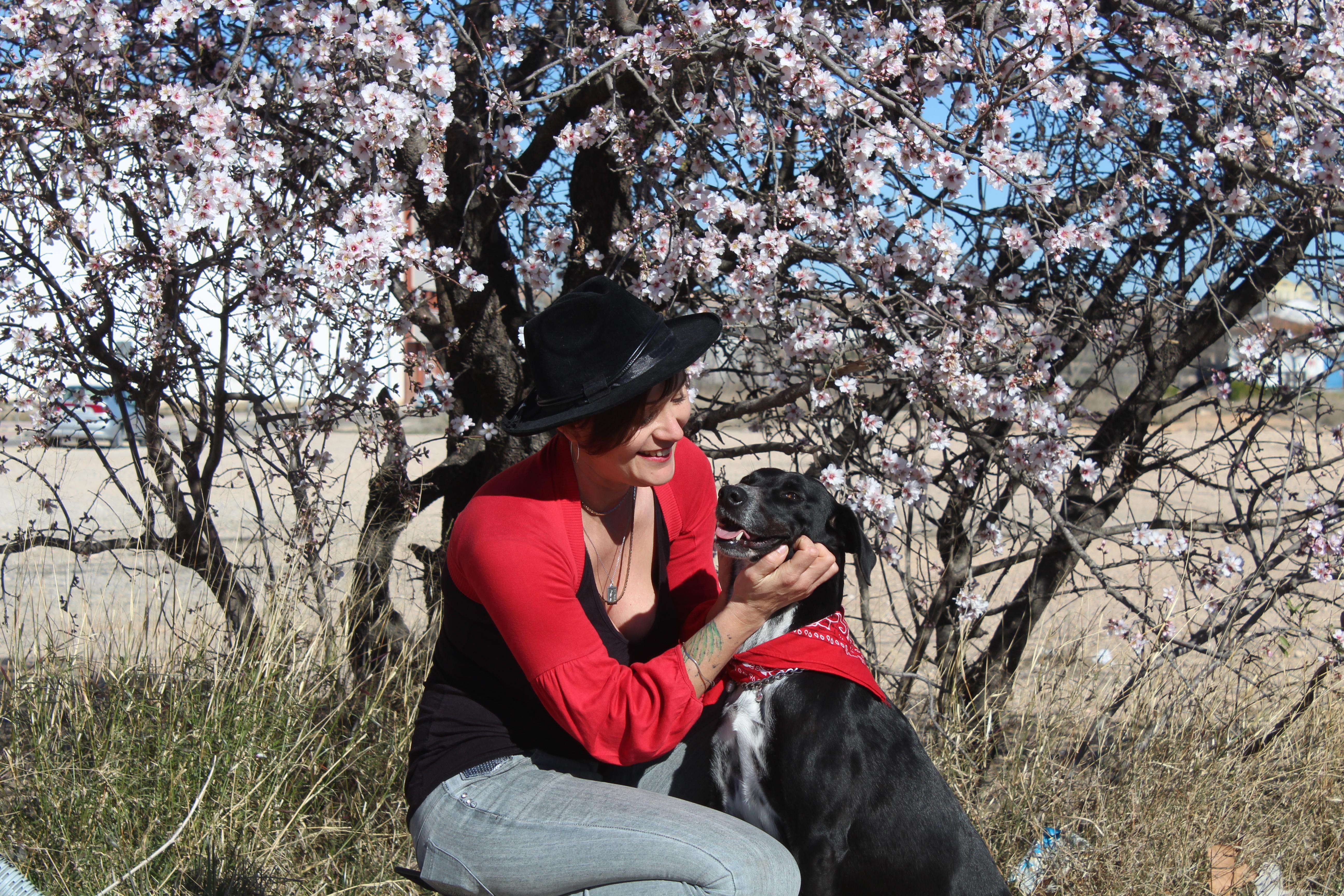 autora con perro adoptado