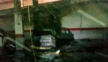 Afectados por el fuego dos vehículos y desalojados los vecinos del bloque de pisos