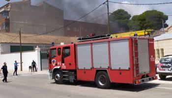 El fuego calcina dos vehículos en una empresa de Caudete