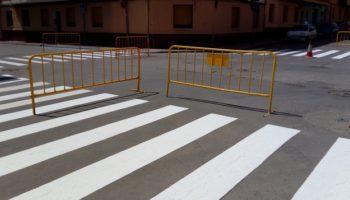 El Ayuntamiento refuerza la señalización horizontal en las calles de Caudete por medio del plan de empleo PEEZRD