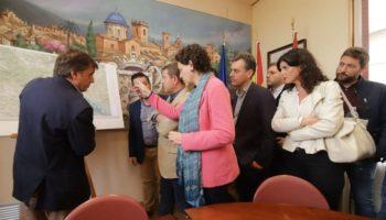 La ministra de Trabajo, Magdalena Valerio, y el presidente de la Junta, Emiliano García-Page, han visitado este sábado Caudete