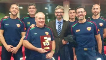 Los bomberos del SEPEI que intervinieron durante la DANA en Caudete reciben la placa al Mérito de Protección Civil