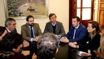 El presidente del PP-CLM y el vicesecretario de Política Territorial, González Terol, se han reunido en Caudete con el Equipo de Gobierno local