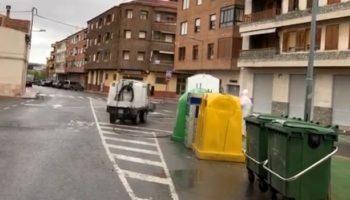 El Ayuntamiento sigue desinfectando contenedores, bancos o papeleras, y hoy saldrán de nuevo a las calles los agricultores de Caudete para colaborar en esta tarea