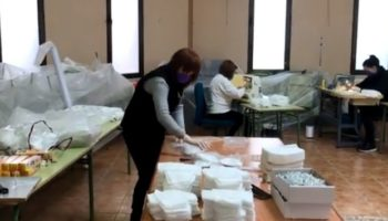 El grupo solidario que cose mascarillas en Caudete ha empezado en un nuevo local con varios turnos de trabajo