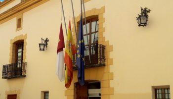 El alcalde de Caudete, Moisés López, decreta que las banderas ondeen a media asta mientras dure la pandemia, en señal de dolor por tantas víctimas