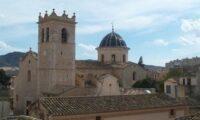 'Purga benito' con bozal y reloj de la torre
