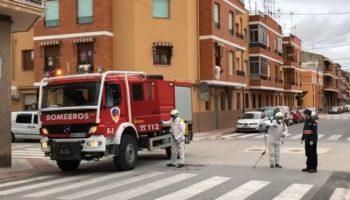 Ayer estuvieron colaborando los bomberos en la desinfección de varias zonas de Caudete, mientras también sigue el reparto de mascarillas