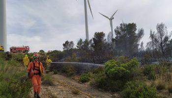 Siete vehículos autobombas de bomberos y Protección Civil están actuando en el incendio de Sierra Oliva