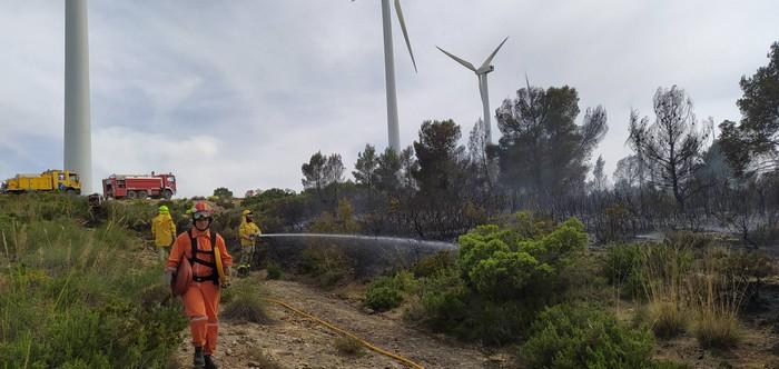 Siete vehículos autobombas de bomberos y Protección Civil están actuando en el incendio de Sierra Oliva, Caudete Digital - Noticias y actualidad de Caudete (Albacete)