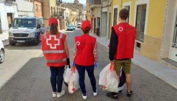Cruz Roja empieza a repartir lotes de gel y mascarillas a usuarios de sus proyectos de personas mayores de Caudete