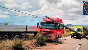Un herido tras chocar su camión contra un poste en la carretera de Yecla
