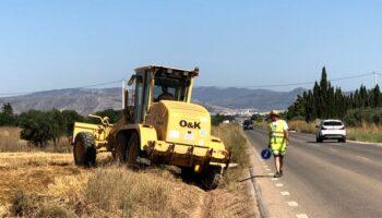 Se ultiman los trabajos de desbroce en las carreteras de Villena y Montealegre