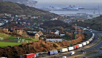 La recta final del Brexit bloquea a cientos de camiones españoles en Francia