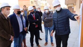 El delegado de la Junta en Albacete, Pedro Antonio Ruiz Santos, visitó ayer en Caudete una de las obras del programa RECUAL