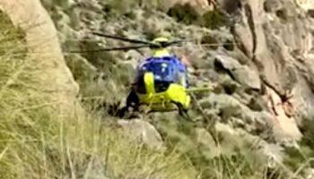 Un helicóptero medicalizado socorre a un escalador herido en Sierra Oliva de Caudete