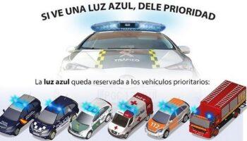 Las luces de los vehículos de policía y emergencias serán azules, y se sustituye el triángulo de emergencia por la señal V16