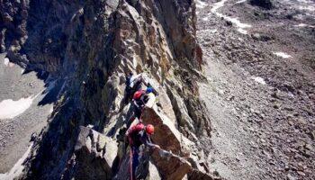 Miembros del Centro Excursionista Caudete escalan la Cresta del Alba