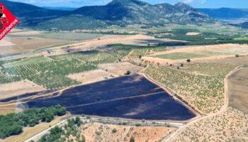 Un incendio en La Encina calcina una hectárea y media de cereal y balas de paja