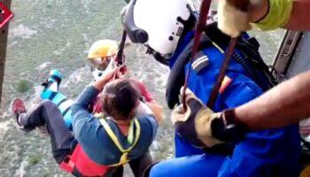 Los Bomberos de Villena rescataron ayer en helicóptero a un hombre que sufrió un accidente cuando realizaba parapente