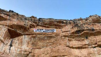Un grupo de caudetanos descuelga una pancarta de grandes dimensiones en 'Los Anteojos' para protestar por la apertura de una nueva cantera