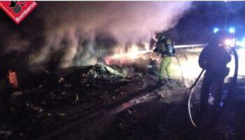 Casi 5 horas han tardado los bomberos en sofocar el incendio de un tráiler muy cerca de Caudete