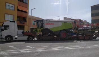 Un vehículo de grandes dimensiones ha quedado detenido frente al inicio de la calle Las Eras tras sufrir una avería