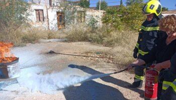 Los Bomberos de Almansa han colaborado en las prácticas contraincendios de los trabajadores de la Fundación Benéfica Martínez Teresa y Ruiz