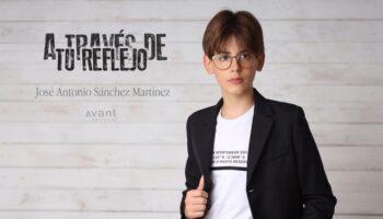 El joven caudetano José Antonio Sánchez Martínez presenta su libro 'A través de tu reflejo'