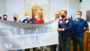 Trabajadores del Ayuntamiento de Caudete realizaron una protesta en el transcurso del Pleno para exigir la puesta en marcha de la RPT