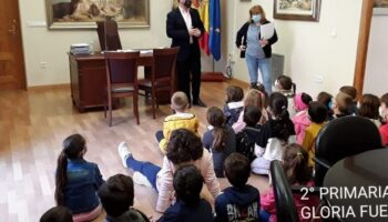 Alumnos de 2º de Primaria del CEIP 'Gloria Fuertes' realizaron una visita al Ayuntamiento para conocer su funcionamiento